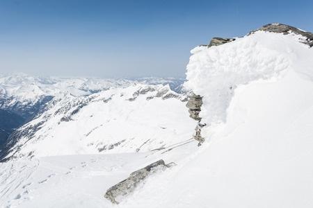 SnowCoveredBoulder_27077495_s